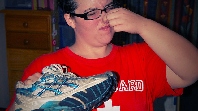 how to clean smelly shoes with baking soda