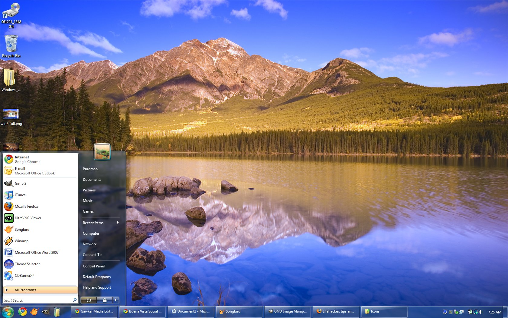Here   s a larger look at the Windows 7 PDC Style  with an appropriate    Windows Vista Default Desktop
